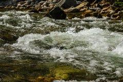 L'eau turbulente débordante de rivière images stock