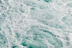 L'eau turbulente près de la cascade images stock