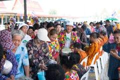 l'eau versant au moine dans la tradition de festival de Songkran pendant le jour de Songkran ou la nouvelle année thaïlandaise photos stock