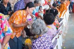 l'eau versant au moine dans la tradition de festival de Songkran pendant le jour de Songkran ou la nouvelle ann?e tha?landaise photographie stock libre de droits