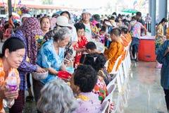 l'eau versant au moine dans la tradition de festival de Songkran pendant le jour de Songkran ou la nouvelle ann?e tha?landaise photo libre de droits