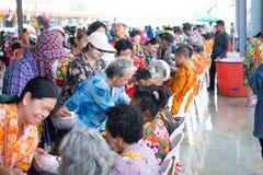 l'eau versant au moine dans la tradition de festival de Songkran pendant le jour de Songkran ou la nouvelle ann?e tha?landaise photo stock