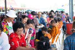l'eau versant au moine dans la tradition de festival de Songkran pendant le jour de Songkran ou la nouvelle ann?e tha?landaise photos stock