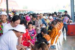 l'eau versant au moine dans la tradition de festival de Songkran pendant le jour de Songkran ou la nouvelle ann?e tha?landaise image libre de droits