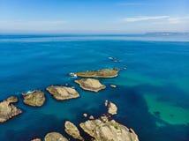 L'eau vert d'émeraude vive au port de Ballintoy le long de la côte de chaussée dans le comté Antrim, Irlande du Nord Photographie stock libre de droits