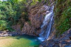 l'eau verte dans la piscine de la cascade de Jokkradin Photographie stock libre de droits