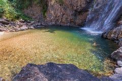 l'eau verte dans la piscine de la cascade de Jokkradin Image libre de droits