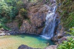 l'eau verte dans la piscine de la cascade de Jokkradin Photos libres de droits