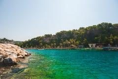L'eau verte et bleue sur la côte de la plage, une station de vacances pour la natation photos libres de droits