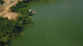L'eau verte et grandes pierres sur le tir aérien de beau lac de rivage du bourdon de vol Route le long de rivière avec le rivage  banque de vidéos