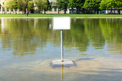 L'eau vide de lac sign en métal avertissant le public vide de Copyspace se surpassent Image libre de droits