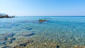 L'eau vraiment claire en mer de korfu photographie stock