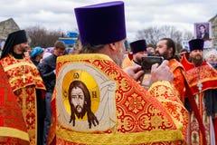 L'ecclésiastique dans la robe longue brodée font un selfie image stock