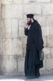 L'ecclésiastique se tient et parle à son téléphone portable dans la vieille ville de Jérusalem, Israël images libres de droits