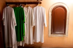 L'ecclésiastique vêtx l'église Croatie de Zadar photos libres de droits