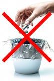 L'ecologia che ricicla il concetto, non sporca il segno, pochi batterie usato fotografia stock