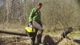 L'ecologo sull'abbattimento della foresta cammina nella corrente di primavera archivi video