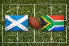 L'Ecosse contre Drapeaux de l'Afrique du Sud sur le champ de rugby Image stock