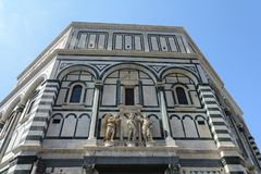 L'edificio di Baptisperia è decorato con i bassorilievi, che gli artigiani bizantini hanno lavorato sopra L'attrazione principale fotografia stock libera da diritti
