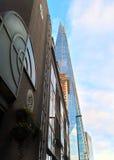 L'edificio di Londra del coccio fra le vie Immagini Stock