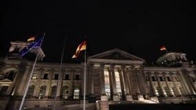 L'edificio di Reichstag alla notte a Berlino, Bundestag alla notte, grandangolare, panorama germany video d archivio