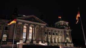 L'edificio di Reichstag alla notte a Berlino, Bundestag alla notte, grandangolare, panorama germany archivi video