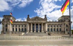 L'edificio di Reichstag e le bandiere tedesche, Berlino Immagine Stock Libera da Diritti
