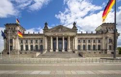 L'edificio di Reichstag e le bandiere tedesche, Berlino Immagine Stock
