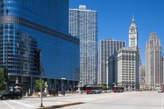 L'edificio famoso e Trump di Wrigley si elevano in Chicago Fotografie Stock Libere da Diritti