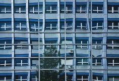 L'edificio per uffici del Commie ha riflesso in Windows Immagini Stock