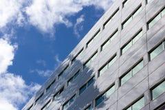 L'edificio per uffici riflette il cielo nuvoloso fotografia stock libera da diritti