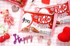 L'edizione limitata KitKat ha lanciato per la campagna del giorno del ` s del biglietto di S. Valentino Immagini Stock