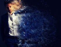 L'effet de dispersion d'un homme élégant Images stock