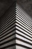 L'efficace angolo di una costruzione concreta sotto forma di bande tridimensionali Immagine Stock Libera da Diritti
