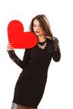 L'efficace giovane donna in un vestito nero Immagini Stock