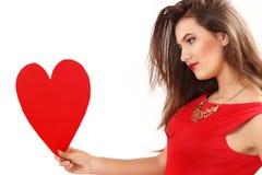 L'efficace giovane donna in un vestito rosso con cuore rosso Valentin Fotografia Stock Libera da Diritti