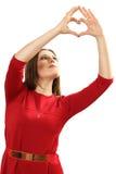 L'efficace giovane donna in un vestito rosso con cuore rosso Valentin Immagini Stock Libere da Diritti