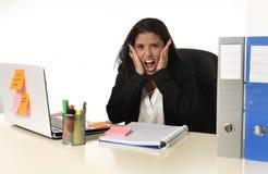 L'effort de douleur de femme d'affaires fonctionnant au bureau d'ordinateur de bureau a inquiété désespéré photos libres de droits