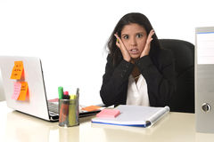 L'effort de douleur de femme d'affaires fonctionnant au bureau d'ordinateur de bureau a inquiété désespéré Images stock