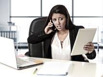 L'effort latin de douleur de femme d'affaires fonctionnant au bureau d'ordinateur de bureau s'est inquiété Photo stock