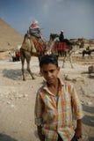 L'Egitto adolescente ed i cavalieri del cammello Immagini Stock
