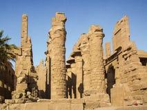L'Egitto, Nilo, tempio egiziano, rovine, luce dell'oro, dal fiume immagini stock libere da diritti