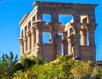 L'Egitto, Nilo, tempio egiziano, rovine, sul pendio di collina, colonne del quadrato 12, cielo blu immagini stock