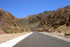 L'Egitto. Sinai. La strada attraverso le montagne Fotografie Stock