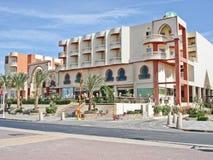 L'Egypte, Hurghada ; Le 20 ao?t 2014 ; H?tel de plage de Sultanine Palma L'eau et parapluies Fontaine images stock