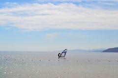 - L'Egypte - le Dahab faisants de la planche à voile - ciel - mer - jour Photo stock