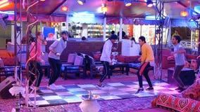 L'Egyptien équipe la danse pour des touristes dans le restaurant de rue chez Naama Bay banque de vidéos