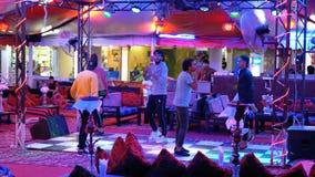 L'Egyptien ?quipe la danse pour des touristes dans le restaurant de rue chez Naama Bay clips vidéos