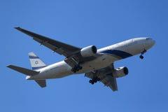 L'EL Al Boeing 777 descend pour débarquer à l'aéroport international de JFK à New York Photos stock