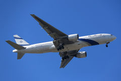 L'EL Al Boeing 777 descend pour débarquer à l'aéroport international de JFK à New York Images libres de droits